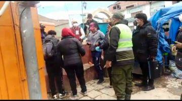 Policías y vecinos controlan el uso de barbijo en la zona Calvario