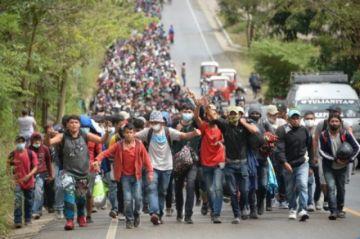 Caravana de migrantes rumbo a EEUU choca con nuevo cerco en Guatemala