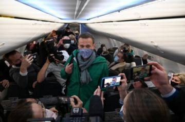 El opositor Alexéi Navalni despega hacia Rusia pese a los riesgos