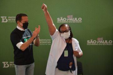 La vacunación contra la covid-19 comienza en Brasil y se acelera en el mundo