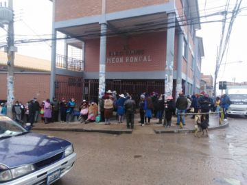 Largas filas se forman para inscribir a los alumnos nuevos en las escuelas potosinas