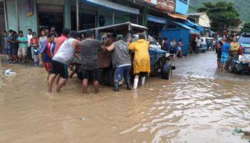Guanay sufre inundación y pobladores alarmados evacúan enseres