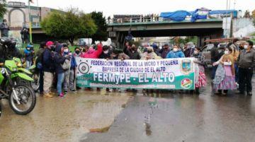 En El Alto microempresarios se suman al paro de choferes y bloquean en demanda de diferimiento