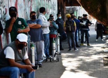 Ciudad de México : cinco horas de fila por una hora de oxígeno