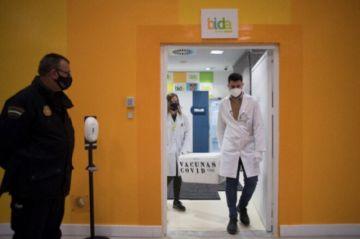 Surge polémica en España por políticos y militares vacunados sin ser prioritarios
