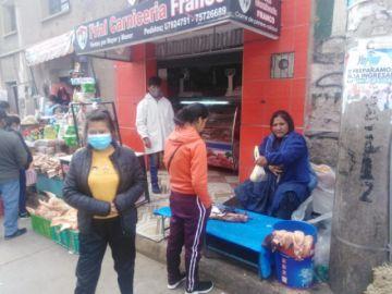 En la zona del Mercado Uyuni se molestan cuando se les hace notar el no uso del barbijo