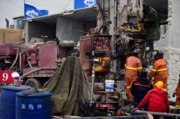 Rescatan 11 mineros atrapados en una mina de oro en China