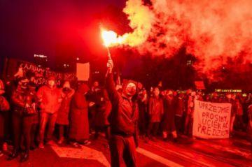 Miles de manifestantes protestan en Polonia por entrada en vigor de prohibición casi total del aborto