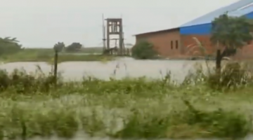Evacuan en lanchas a familias atrapadas por las inundaciones en el Norte cruceño