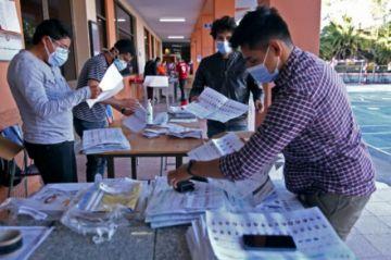 El socialista Arauz lidera elección presidencial de Ecuador, pero disputará balotaje