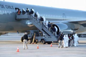 Más de 100 inmigrantes irregulares son expulsados de Chile por tierra y aire