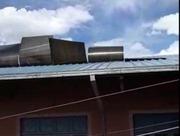 Vecinos reportan que el viento desprende calaminas de obra recién entregada