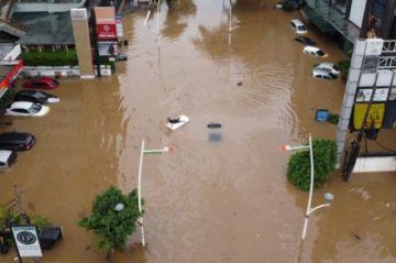 Las inundaciones paralizan la capital indonesia