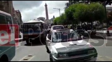 Chóferes protestan contra los médicos por los bloqueos en la ciudad