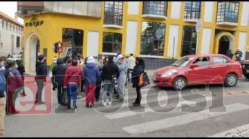 Médicos bloquean el centro de Potosí en rechazo a la ley de emergencia sanitaria