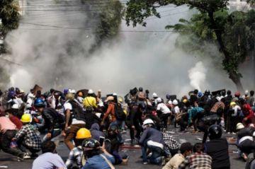 """Birmanos vuelven a las calles y ONU pide al ejército que deje de """"asesinarlos"""""""