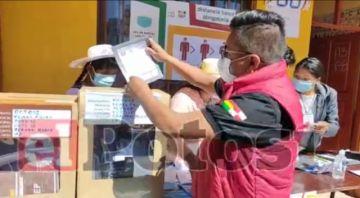 Alcalde de Potosí vota y llama a que sea una jornada de respeto de la democracia