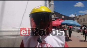 Cruz Roja realiza la desinfección de manos y otorga barbijos en la jornada electoral
