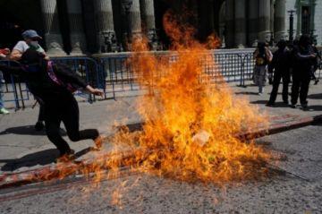 Marcha previa a Día Internacional de la Mujer termina con destrozos en Guatemala