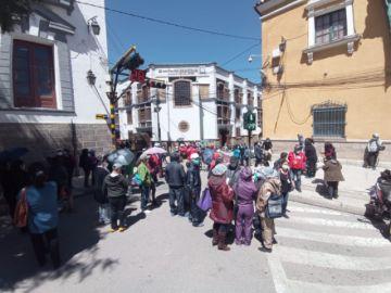 Médicos vuelven a las calles con bloqueo  del centro de Potosí