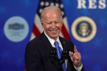 """Biden celebra su plan de estímulo y ve """"esperanzas"""" ante la pandemia"""