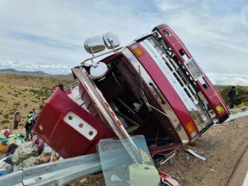 Diez personas resultaron heridas y una murió en vuelco de camión