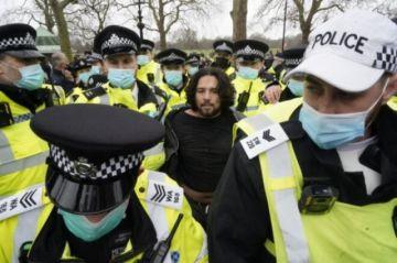 Reportan que hay decenas de detenidos y policías heridos en protesta anticonfinamiento en Londres