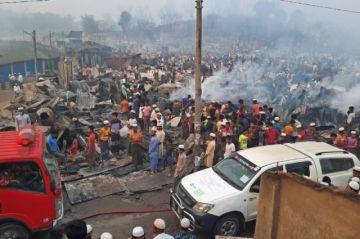 Un incendio en un campo rohinyá en Bangladés deja al menos 15 muertos y 400 desaparecidos