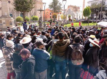 Familiares esperan documentos para traslado de fallecidos covid