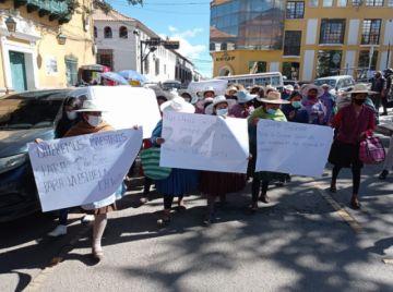 Marcha de madres pide maestros para escuela Warisata