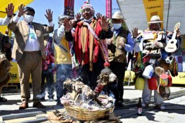 Deseos contra el covid-19 se hacen hueco entre las miniaturas del mercado de Alasitas en La Paz