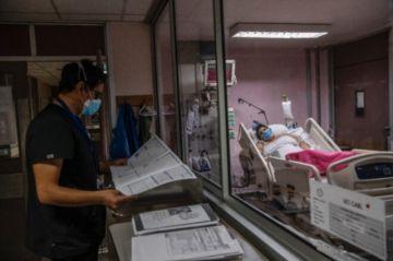 Chile está ante la paradoja de una vacunación veloz y un covid sin tregua