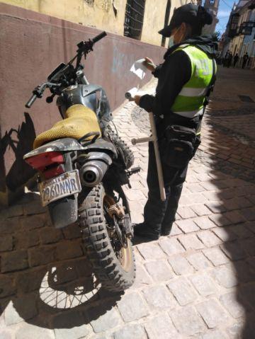 Sancionan a propietarios de motos por estacionarse en sitios peatonales