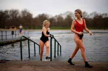 El desconfinamiento avanza en Inglaterra con pícnics y piscinas descubiertas
