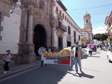 Médicos en Potosí marchan en rechazo a la ley de emergencia sanitaria
