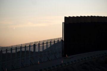 Reportan que dos niñas ecuatorianas fueron lanzadas hacia EEUU desde lo alto de valla fronteriza con México