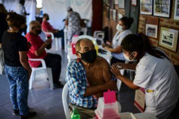 Argentina recibe otro millón de vacunas anticovid-19 y busca apurar campaña