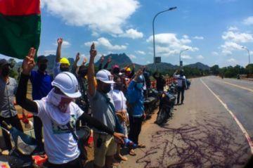 Activistas de Birmania derraman pintura roja en las calles en homenaje a muertos en protestas