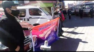 Administrativos de la UATF bloquean demandando estabilidad laboral