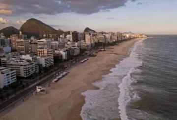 Rio de Janeiro reabre bares pero mantiene playas cerradas por la pandemia