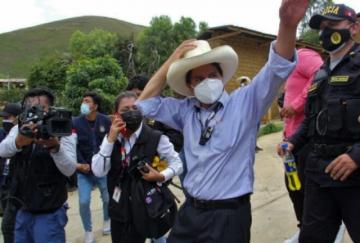 Un profesor izquierdista y un economista lideran elecciones en Perú, según cómputo parcial