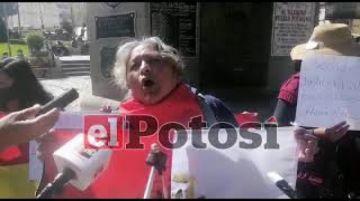 Integrantes de Plataforma 21 F realizan plantón para pedir la libertar de la expresidenta Áñez