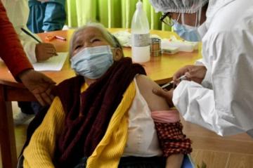 Bolivia dice que siente efectos de escasez mundial de vacunas