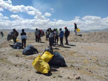 Ferroviaria Andina seguirá apoyando la limpieza de Uyuni y del lago Uru Uru