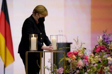 Alemania conmemora a sus muertos, Israel abandona la mascarilla en la vía pública