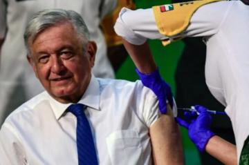 Presidente de México recibe vacuna contra covid-19 en público para convencer a escépticos