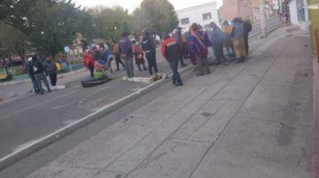 Comunarios de Yocalla bloquean vía y retiene a concejales y funcionarios