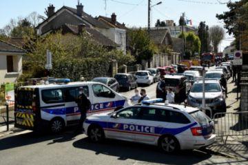 Hombre mata a cuchilladas a funcionaria de policía cerca de París y es abatido
