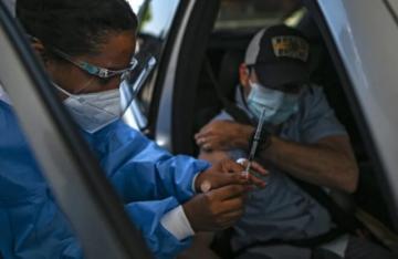Panameños espantan temores y acuden a vacunarse con AstraZeneca