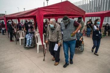 Perú pisa el acelerador en vacunación de ancianos contra covid-19